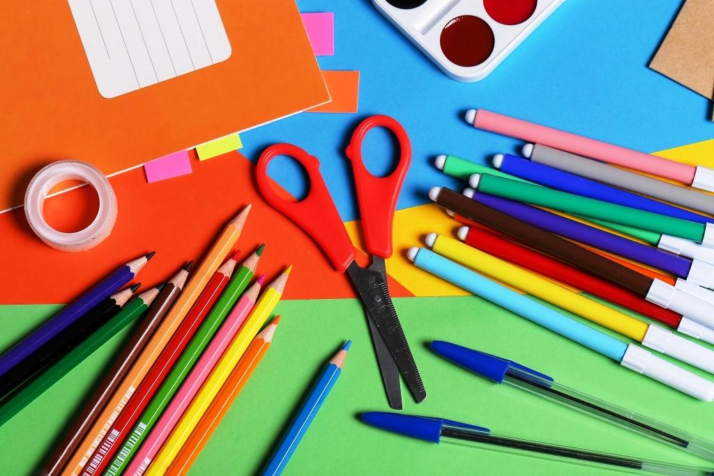 El Gobierno del Chubut acordó una canasta básica escolar de 20 productos que costará entre $1.500 y $2.000