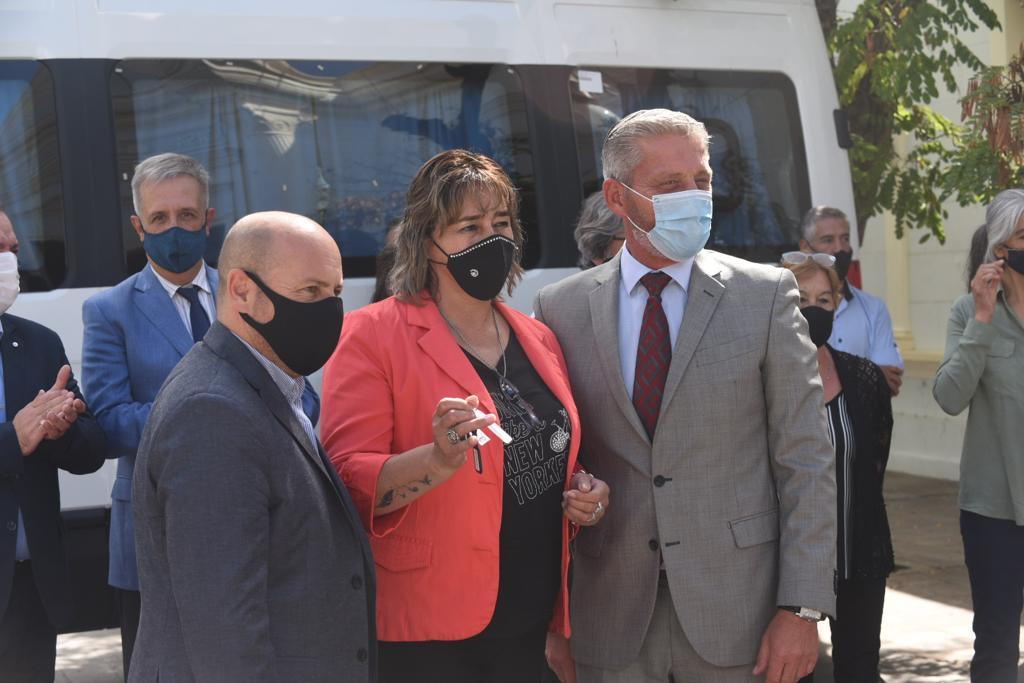 Arcioni entregó vehículos y utilitarios a 13 comunas rurales
