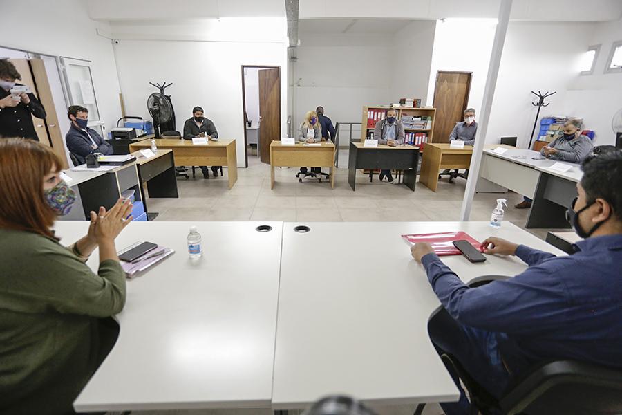 El gobierno provincial ofreció pagar un mes a los docentes del tercer y cuarto rango para iniciar las clases, pero los gremios rechazan la propuesta por ahora