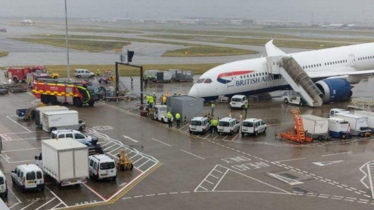 Un avión colapsó en plena pista del aeropuerto más transitado del Reino Unido