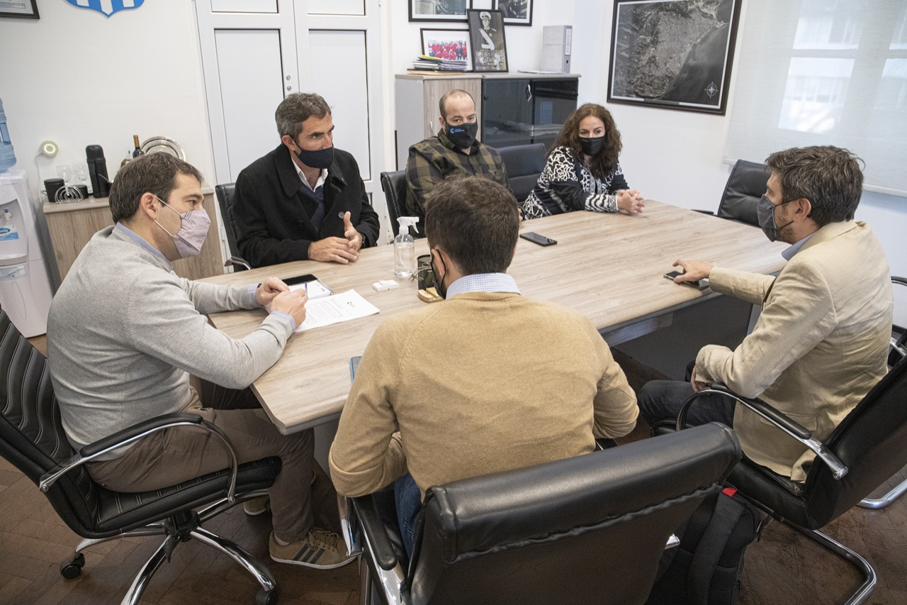 Luque y directivos de JetSMART ultiman detalles para abrir una nueva ruta Comodoro – Buenos Aires