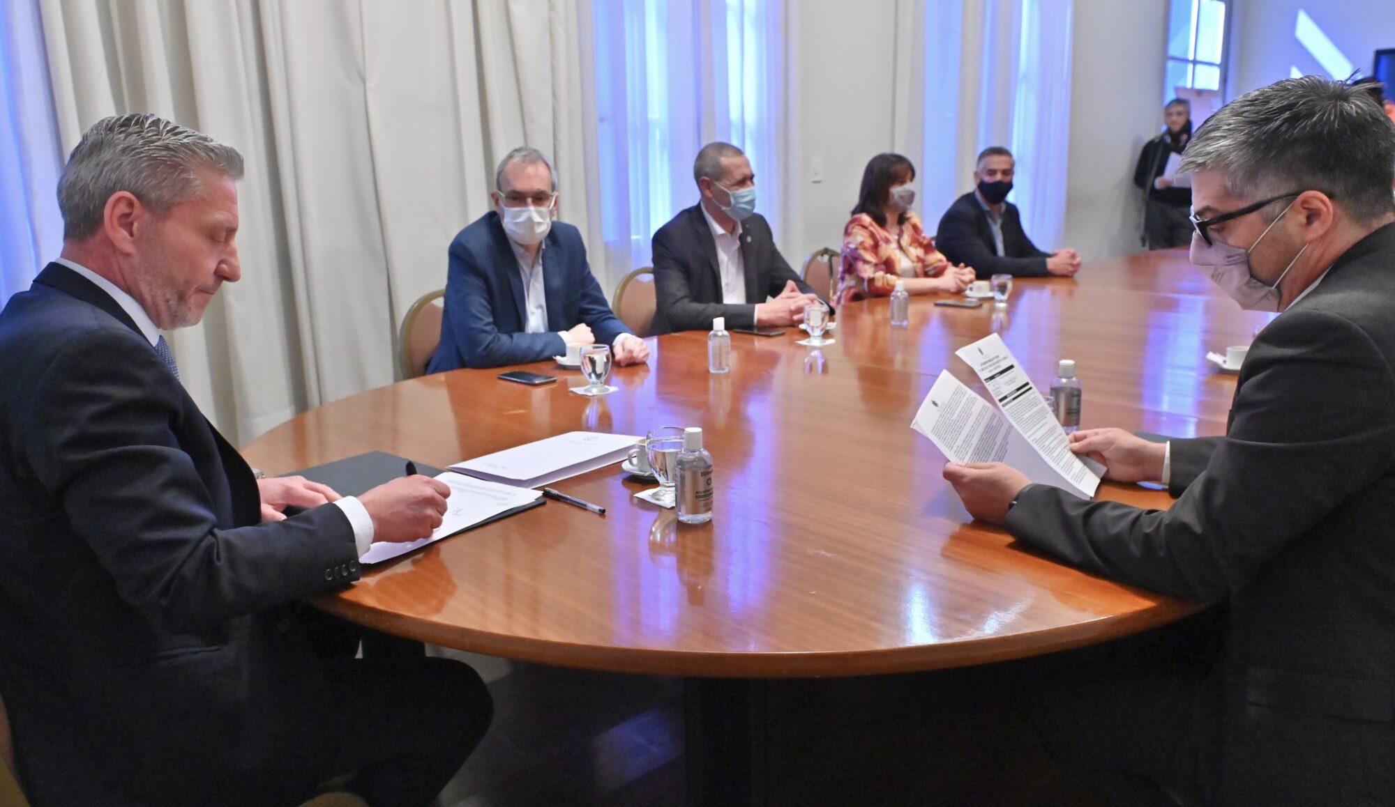 Arcioni firmó el inicio de obra de la ampliación y refacción del Hospital Rural de Lago Puelo con una inversión superior a los $ 145 millones