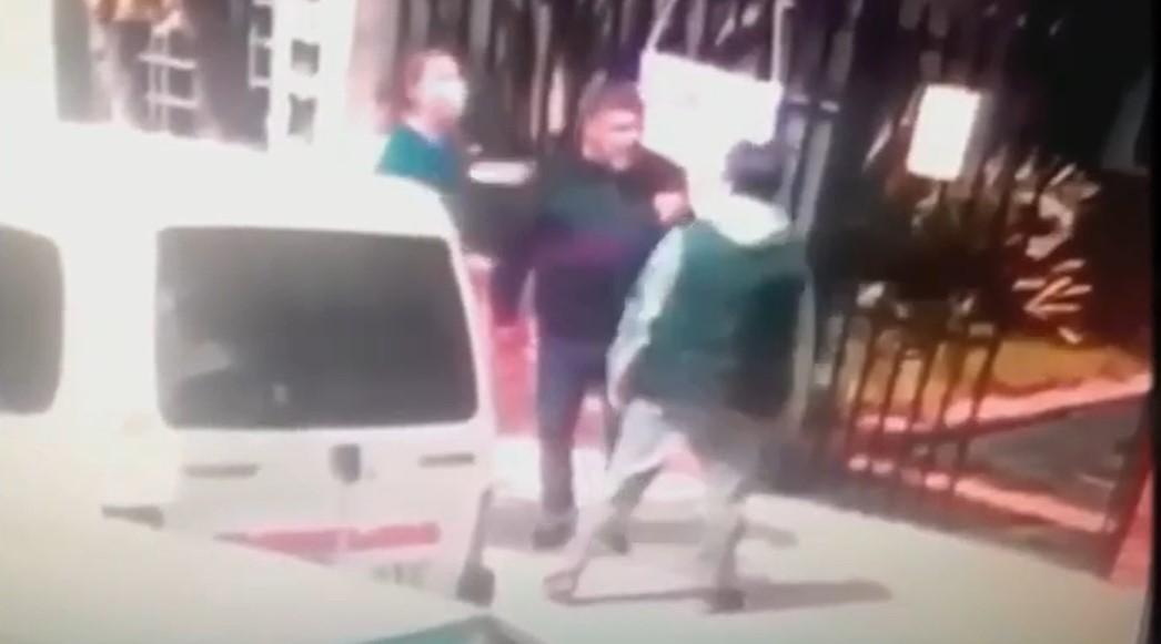 Insólito: Dos padres se pelearon en la puerta de un colegio luego de que sus parejas discutieran en WhatsApp y uno de ellos perdió un ojo