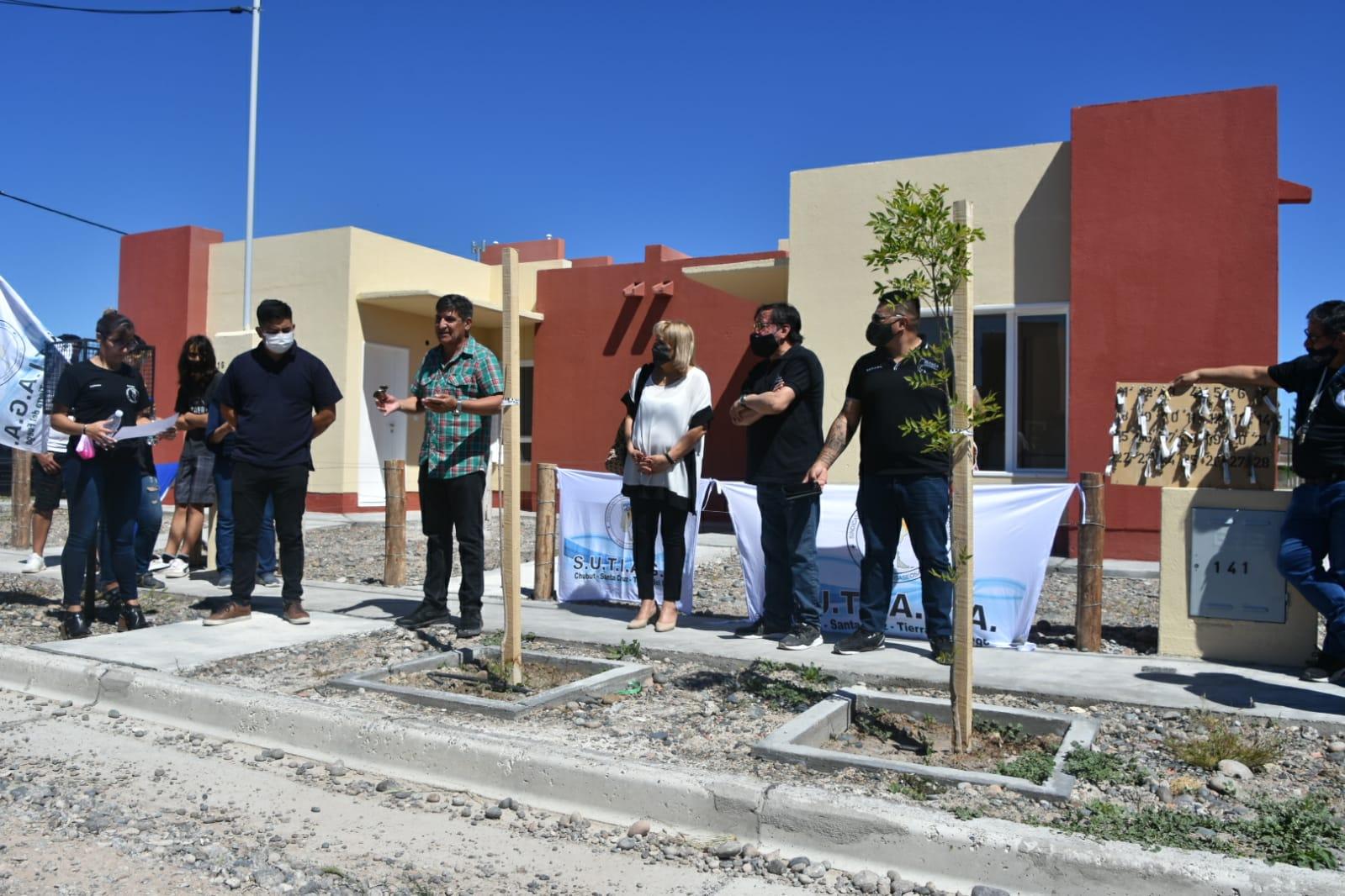 Provincia entregó 28 viviendas en Dolavon